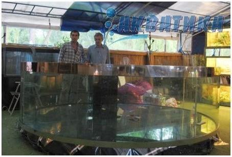 Купить аквариум в Харькове. Заказать аквариум в Харькове. Аквариум-цилиндр  в плавучем океанариуме. Аквариумы на заказ. Аквариумы с гнутыми стеклами. Аквариум купить. Цены на аквариумы. Изготовить аквариум