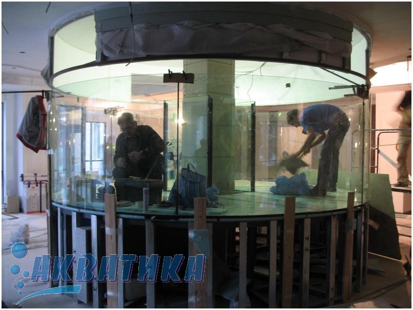 Аквариум с усиленным дном. Дно усиленное в аквариуме. Изготовить аквариум. Изготовление аквариумов. Купить аквариум. Заказать аквариум. Аквариумы под заказ. Аквариум-цилиндр из стекла 19мм. Аквариум-цилиндр. Аквариум с гнутым стеклом. Изготовление  аквариума цилиндрического. Сборка аквариума на месте установки