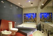 Аквариум в бывшем оконном проеме  ванной комнаты.